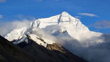 Китай планира значително да ограничи броя на изкачващите Еверест