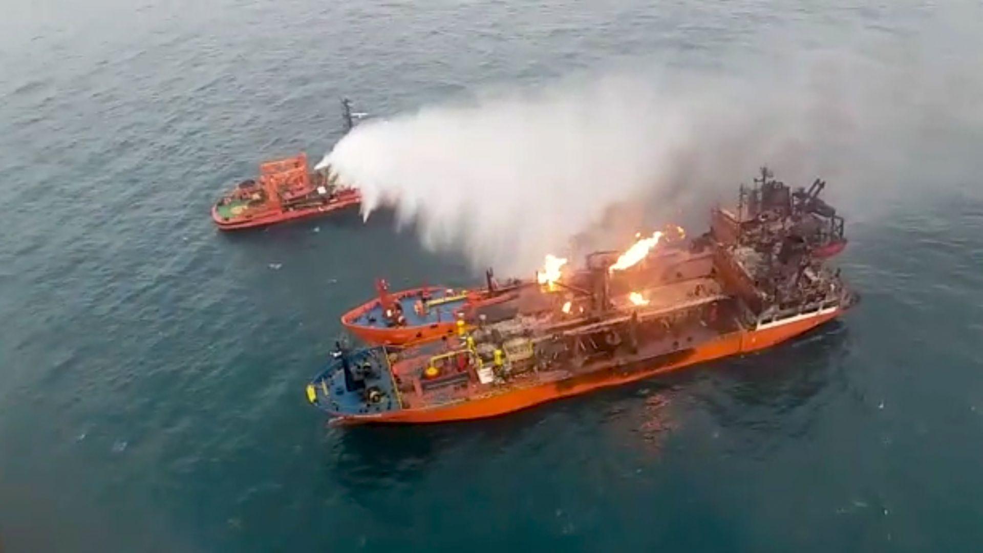 Пожарът на двата кораба в Черно море все още не е изгасен заради горящия газ