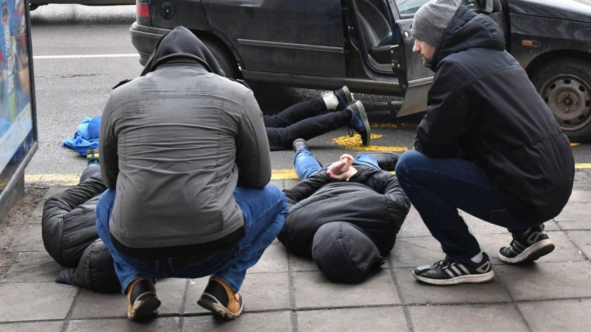 Трима души бяха задържани днес следобяд при зрелищна полицейска операция