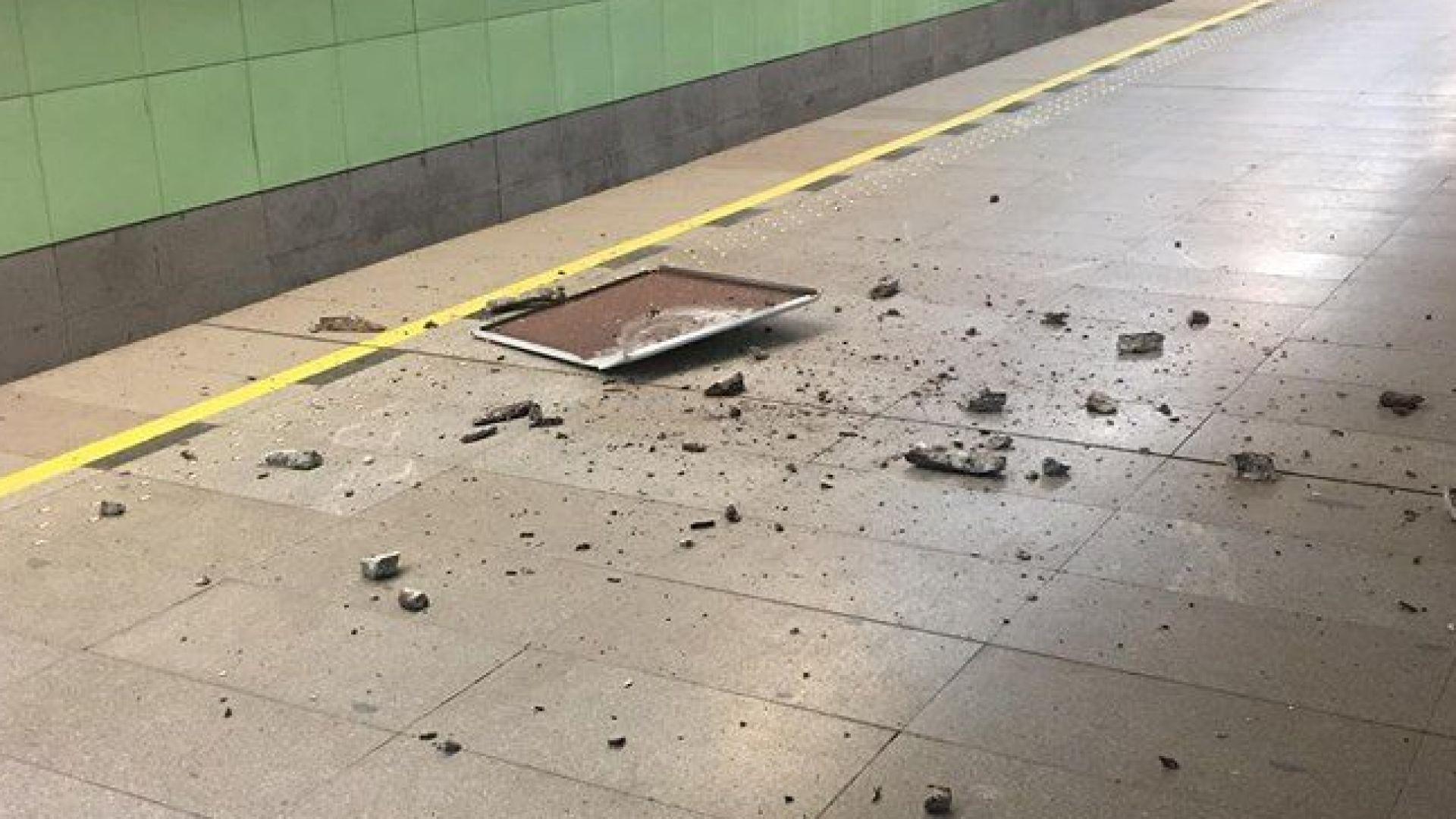 """Падна част от тавана на метростанция """"Западен парк"""" (снимки)"""