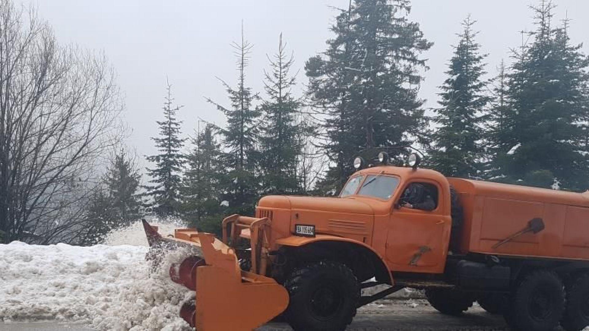 60 см сняг затвори прохода Превала, военни помагат в чистенето