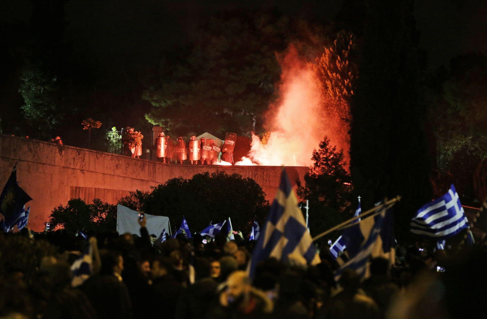 Протестиращи хвърлиха димка  пред полицейски служители на един от входовете на парламента в Атина