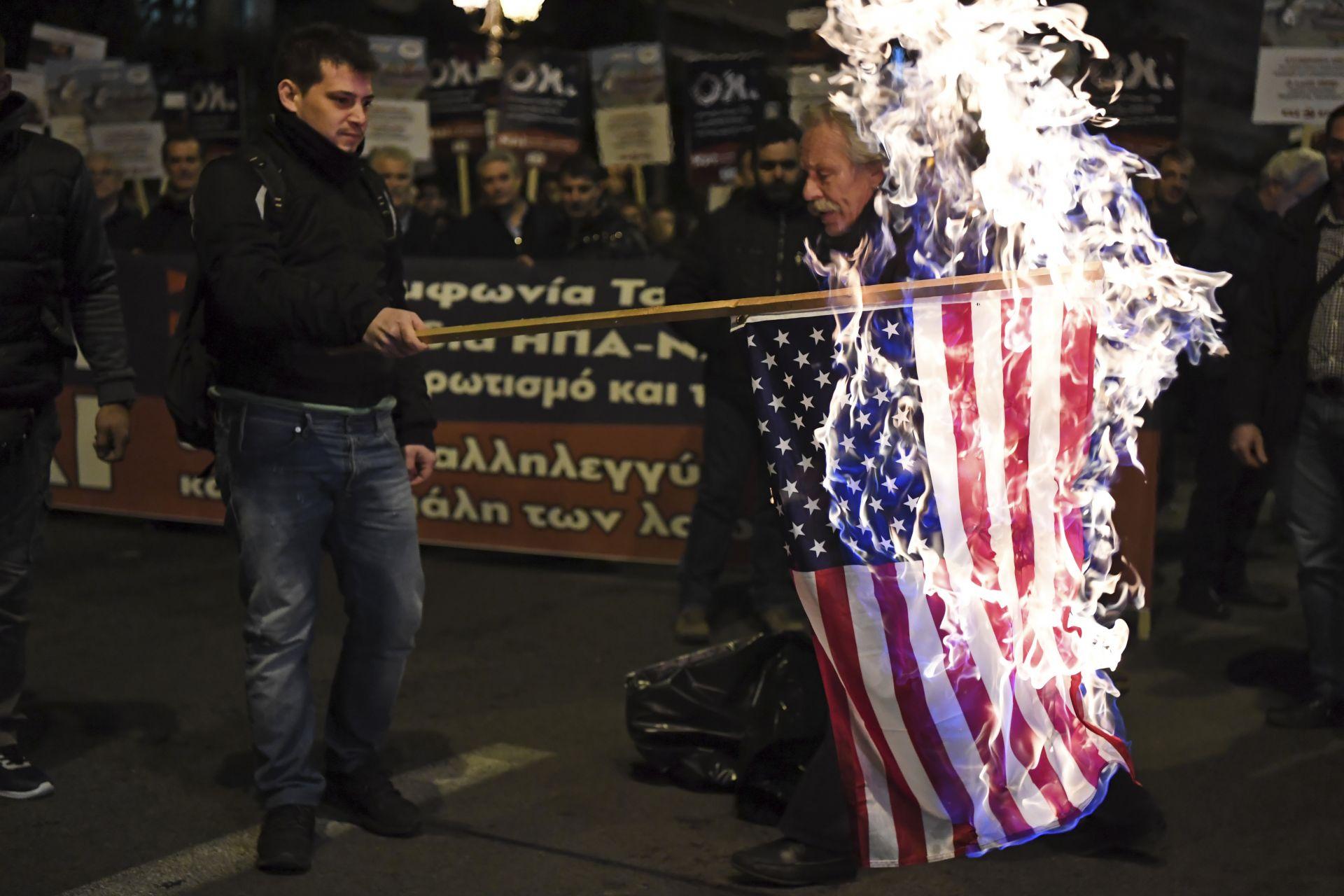 Членовете на гръцката комунистическа партия подпалиха флаг на Съединените щати по време на митинг срещу споразумението на Преспа в Атина
