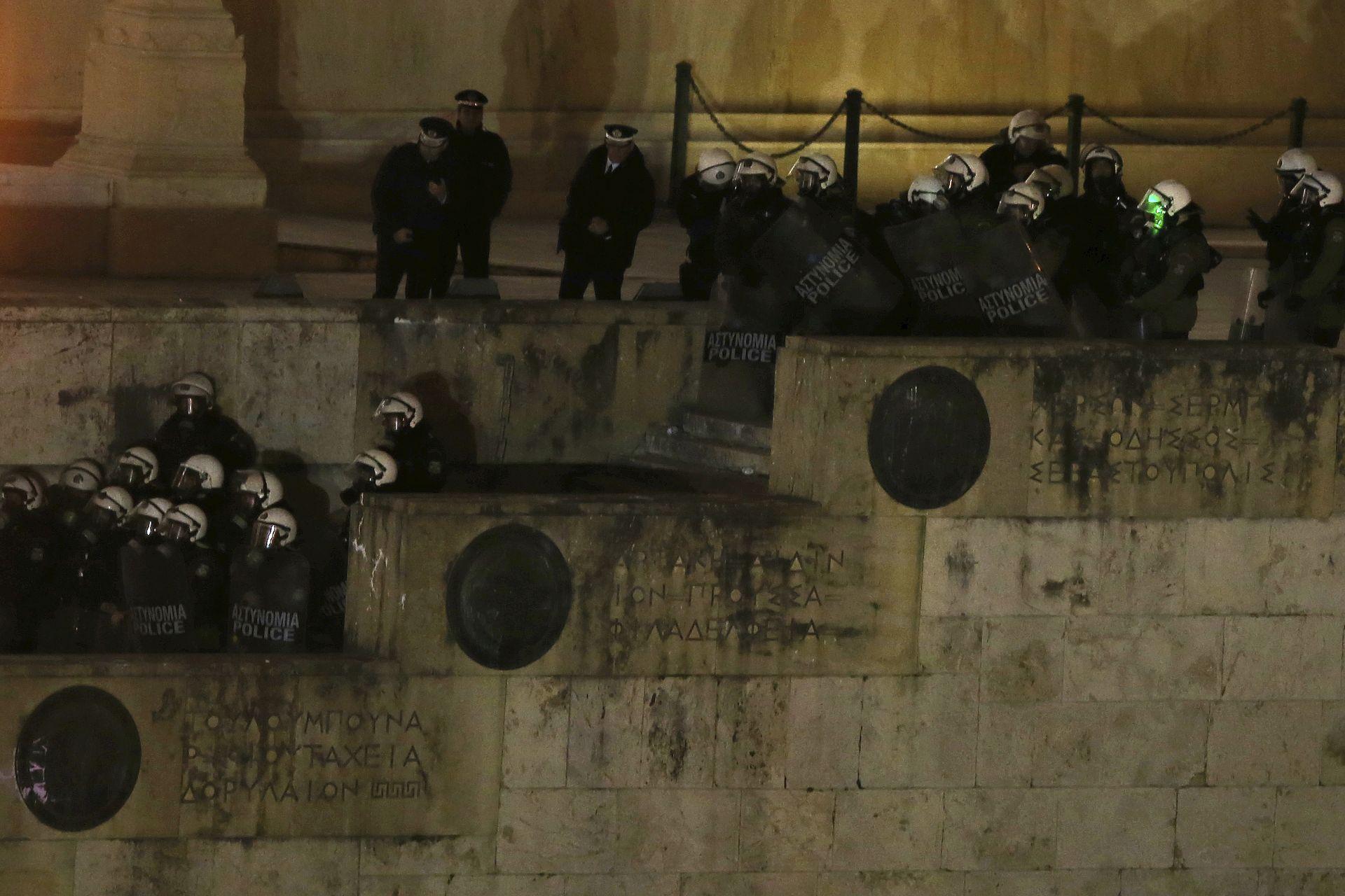 Полицаите за борба с безредиците стоят на пост в парламента