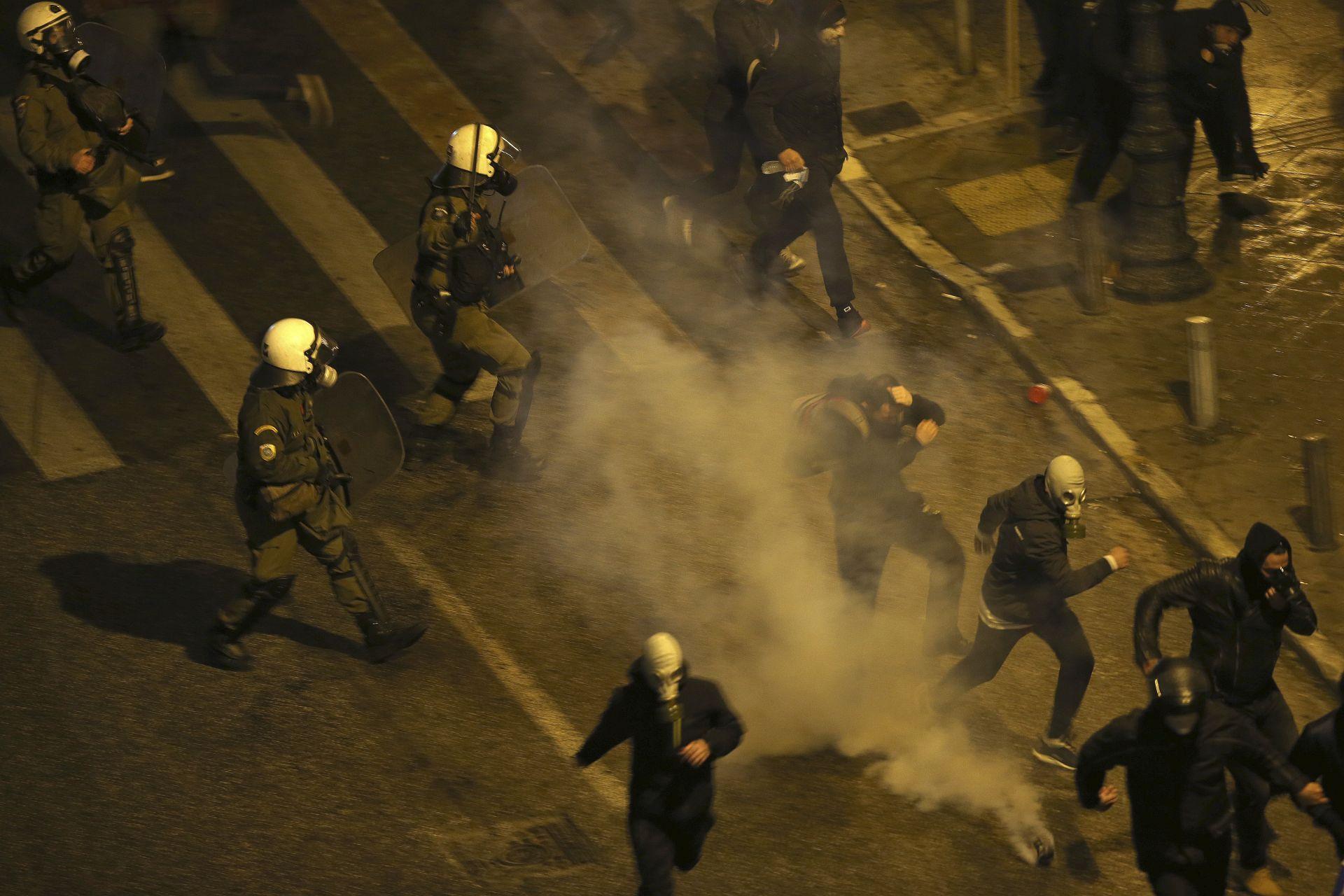 Гръцката полиция използва сълзотворен газ, за да разпръсне протестиращи в Атина