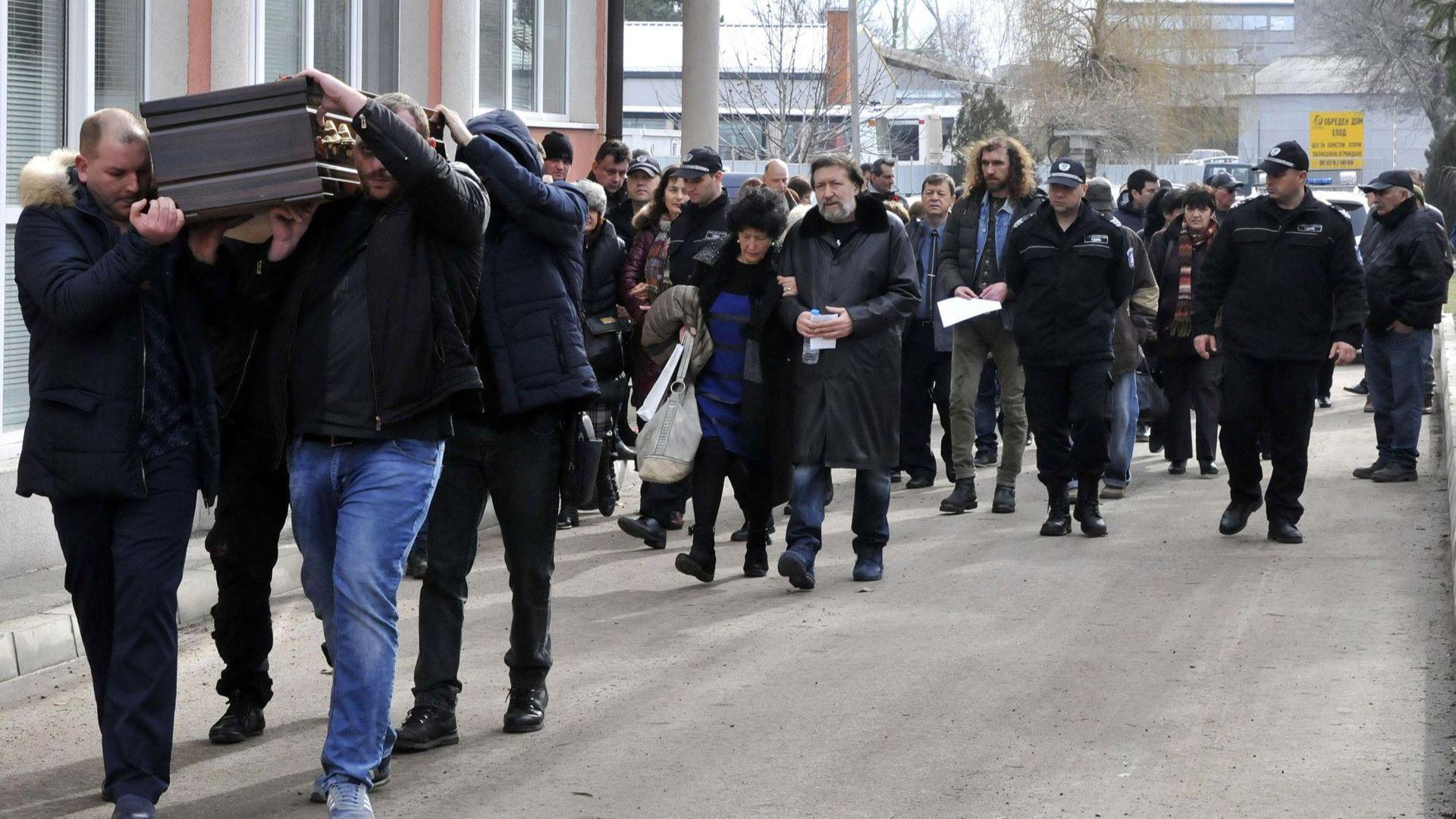 Николай Банев се сбогува с баща си под охрана