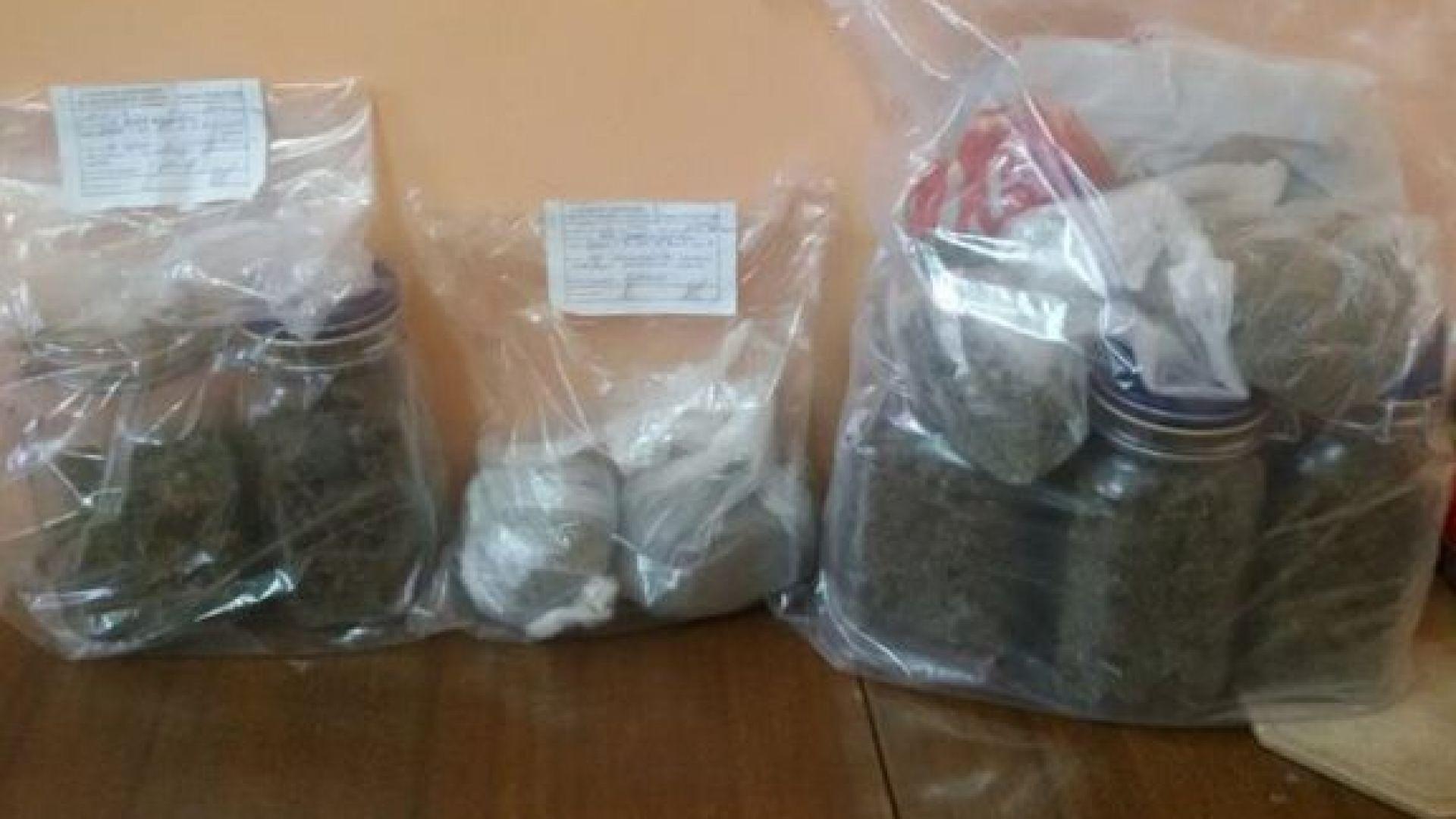 Полицаи откриха 2 кг марихуана в дома на криминално проявен