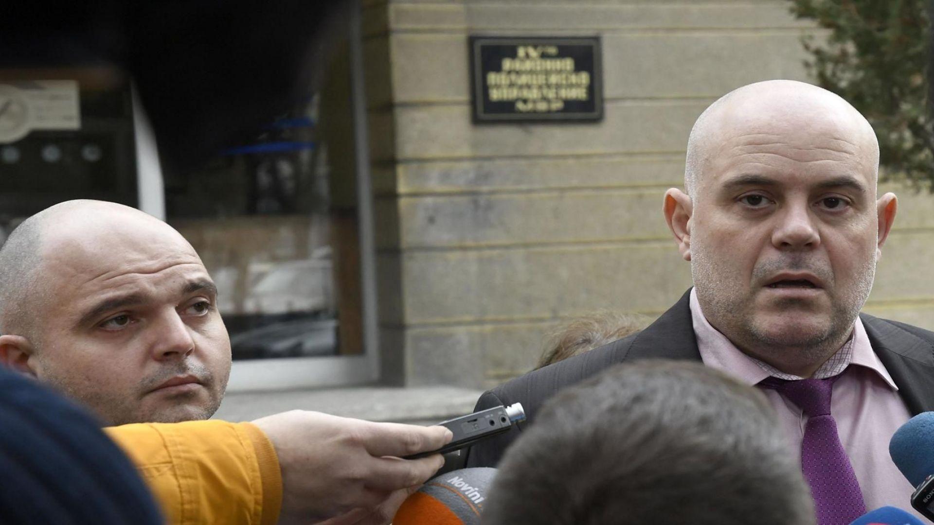 Съдът остави обвинените в изнудване полицаи зад решетките