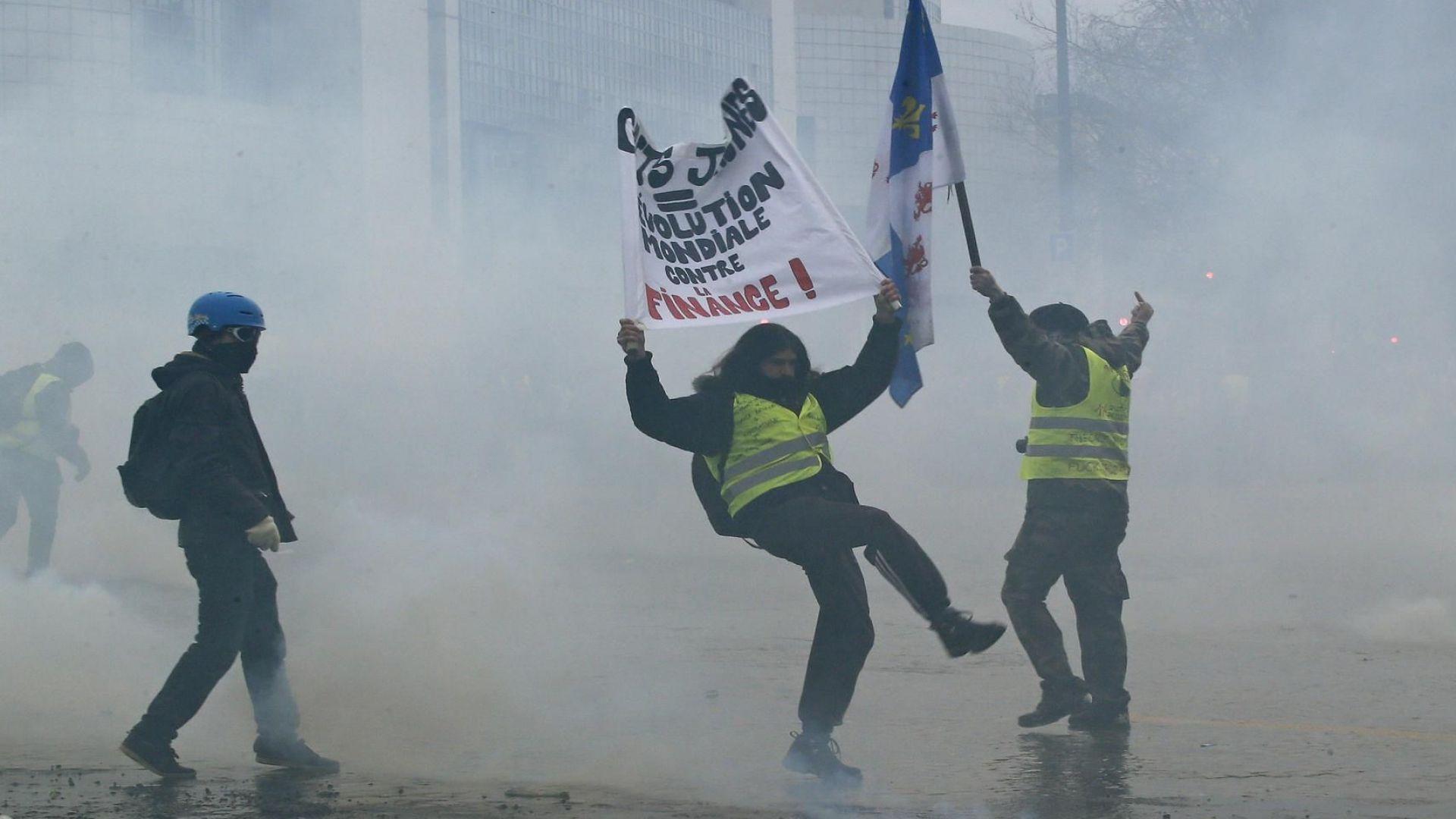 """""""Червените шалчета"""" излизат срещу """"жълтите жилетки"""" във Франция"""