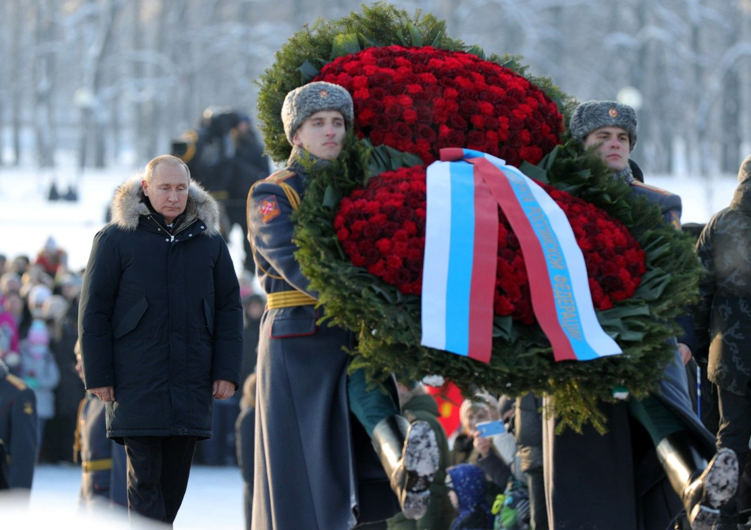 Владимир Путин поднася цветя в памет на загиналите при блокадата на Ленинград