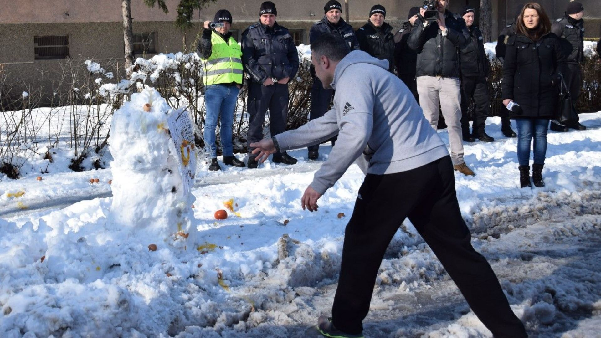 Замеряха с яйца и домати символичния снежен човек пред дома на видинския кмет