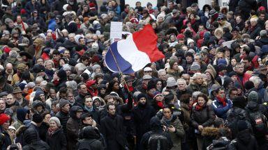 """Повече от 10 000  """"червени шалчета"""" се изправиха срещу """"жълтите жилетки"""" в Париж"""