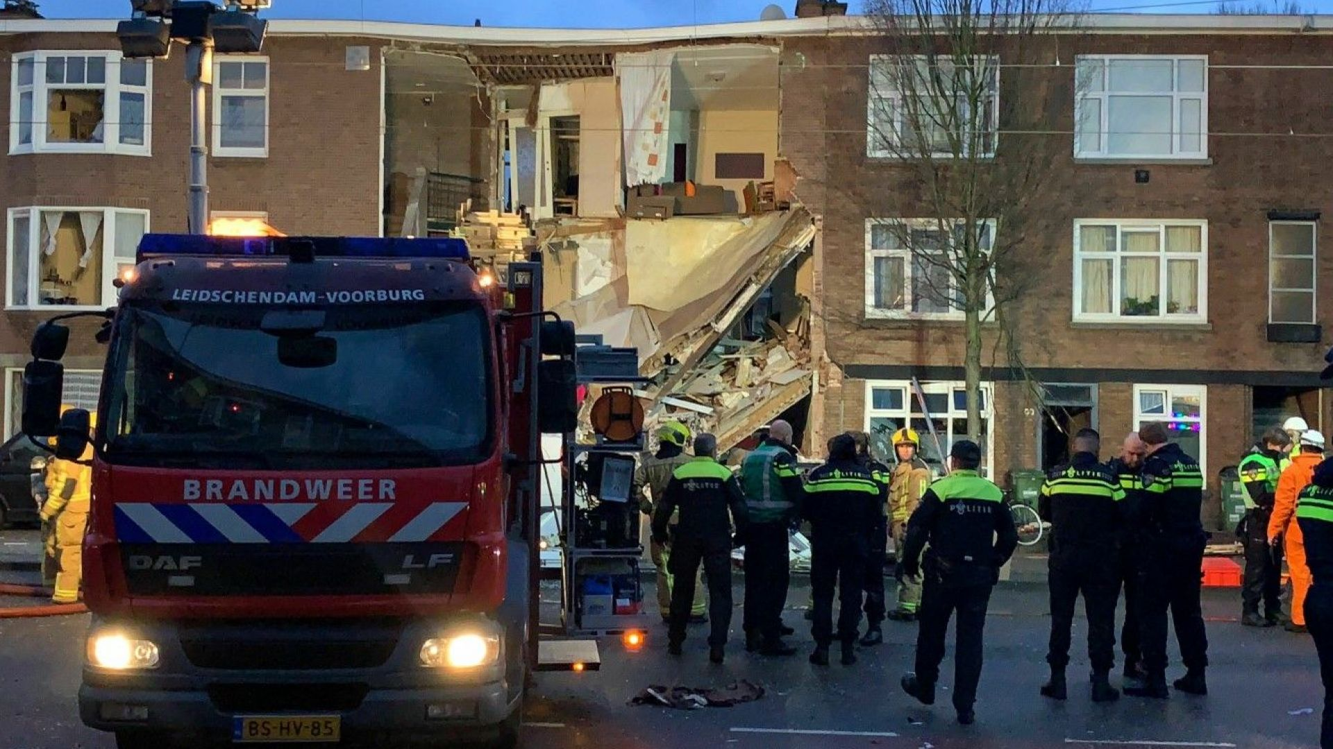 Експлозия срути фасадата на 3-етажна сграда в Хага, поне 9 са ранените