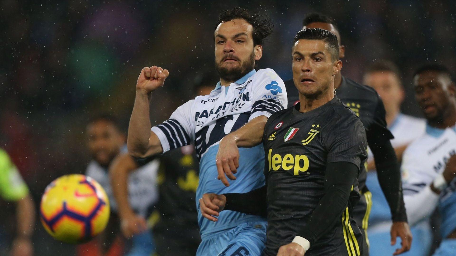 Роналдо от дузпа измъкна слаб Ювентус в Рим