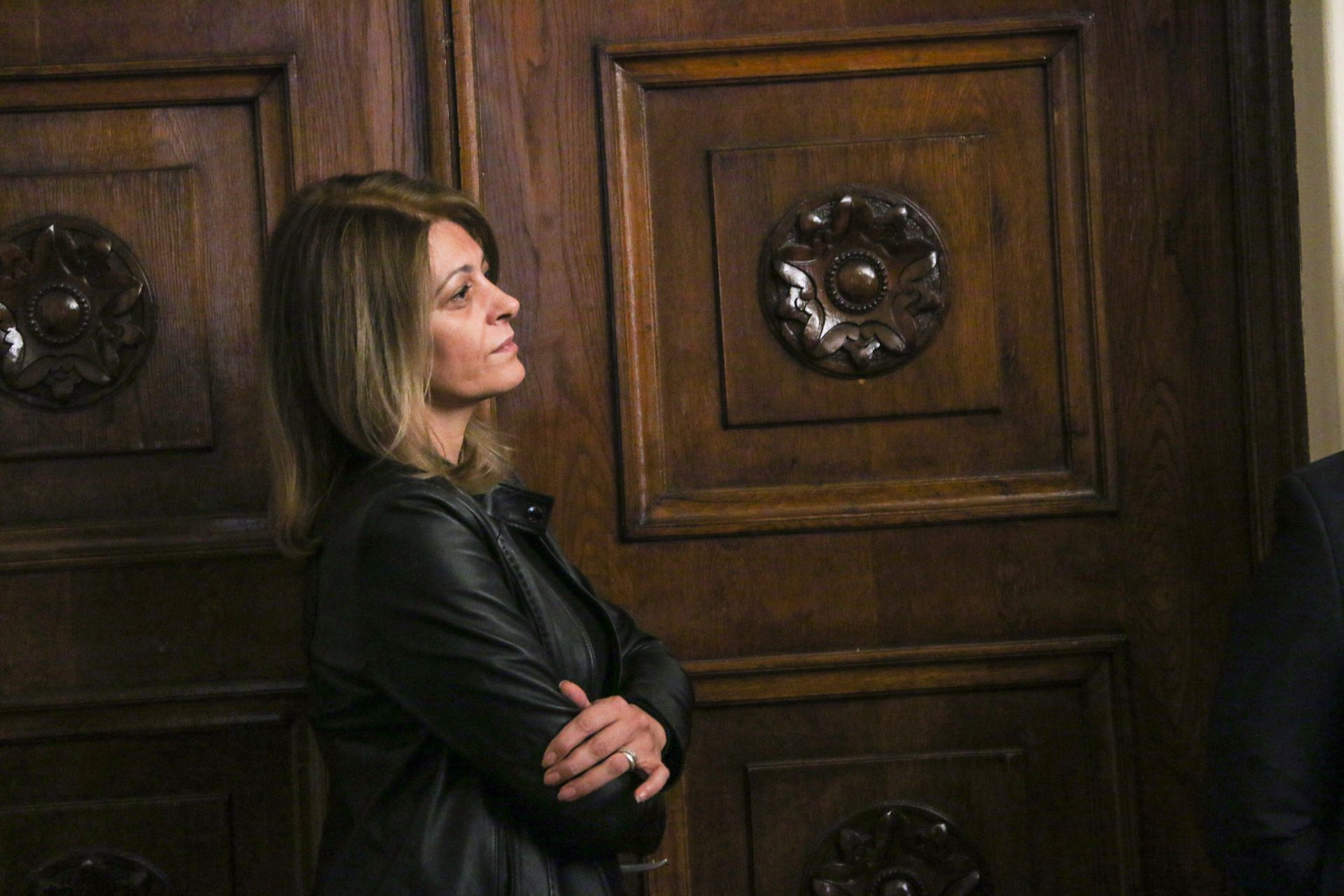 Първата дама Десислава Радева изгледа полуинкогнито изявлението на президента