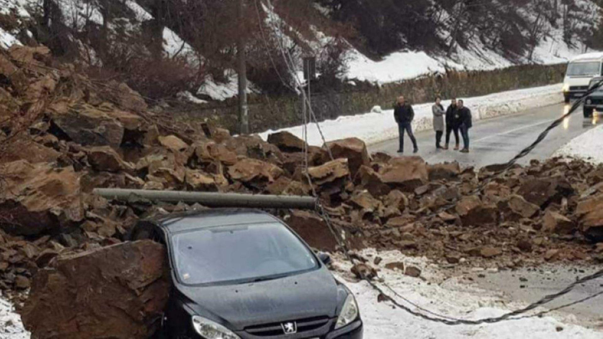 Огромно свлачище затвори пътя Смолян-Девин, затрупа автомобил