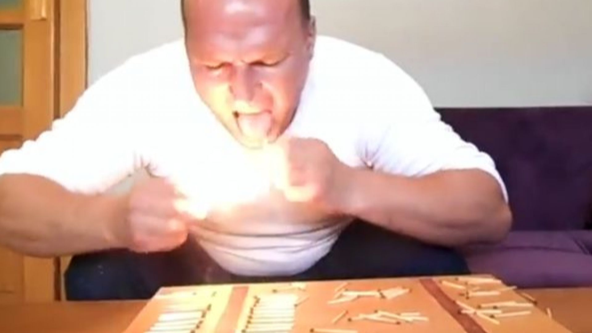 Рекорд на Гинес - мъж загаси 62 кибритени клечки с език за една минута