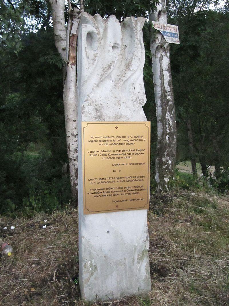 Паметна плоча на загиналите на мястото на катастрофата