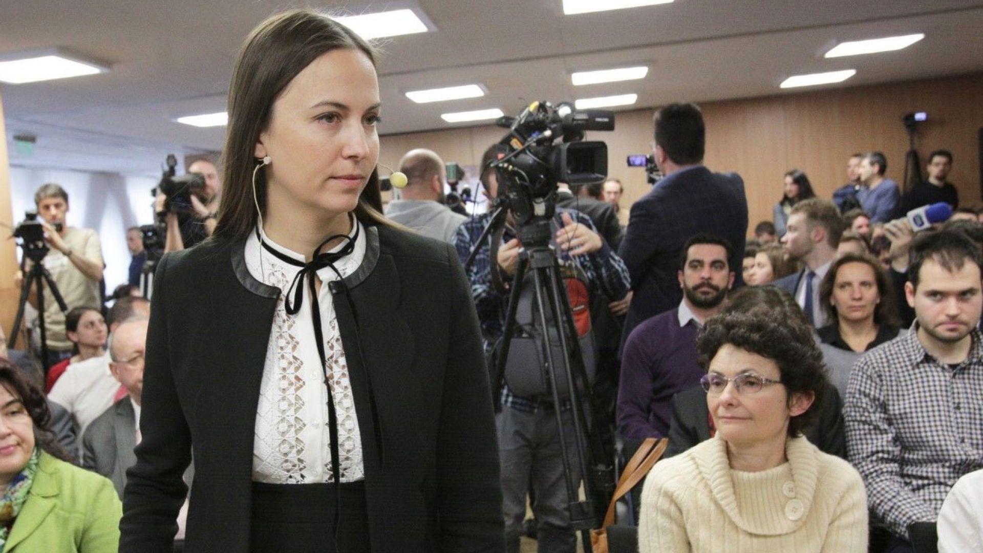 Плашат хората с митове и лъжи за еврото, предупреди евродепутат