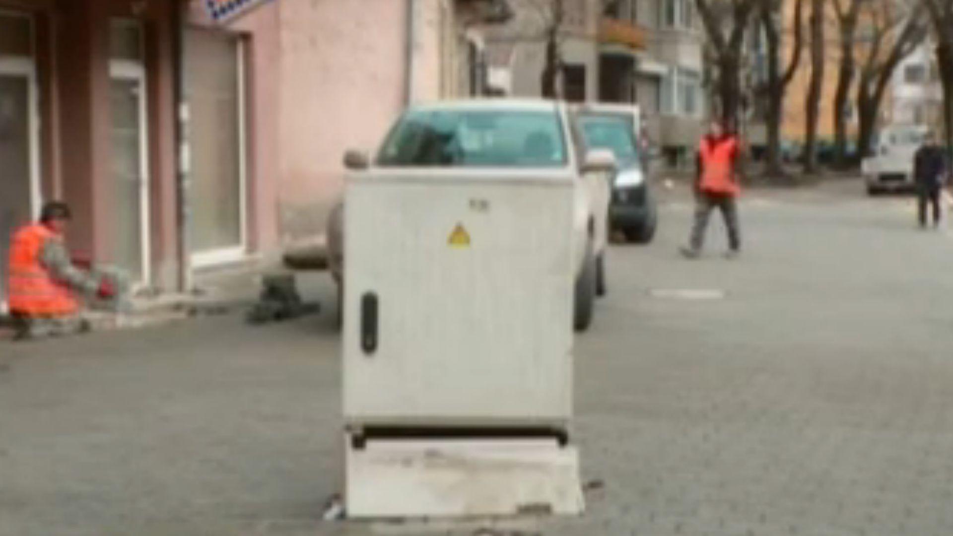 Куриоз в Пловдив: Електрическо табло по средата на улица