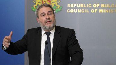 Министър Банов: Директорката на музикалното училище остава, но сгреши