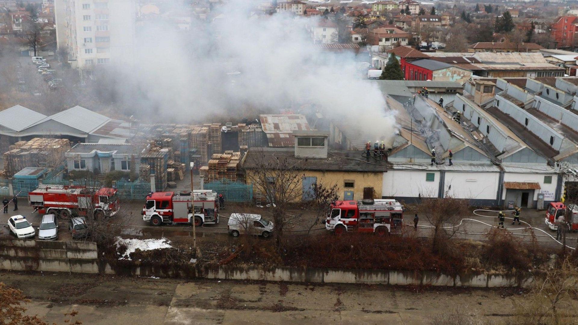 Запали се автосервиз в столичен квартал (снимки)