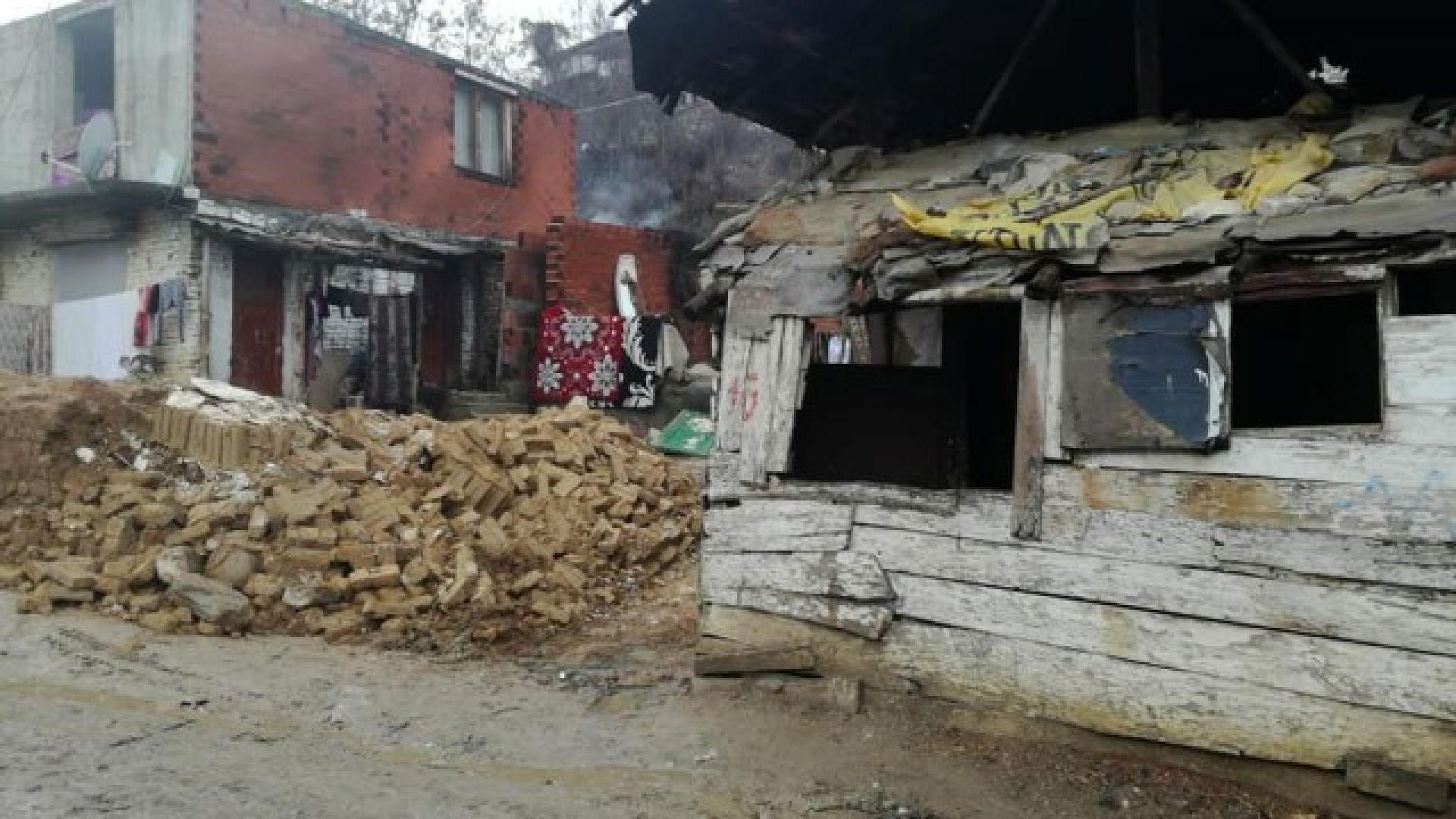 Стена на необитаема къща се срути и рани дете