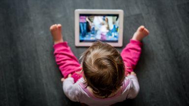 Децата, които не посещават детска градина, са по-дълго пред екраните