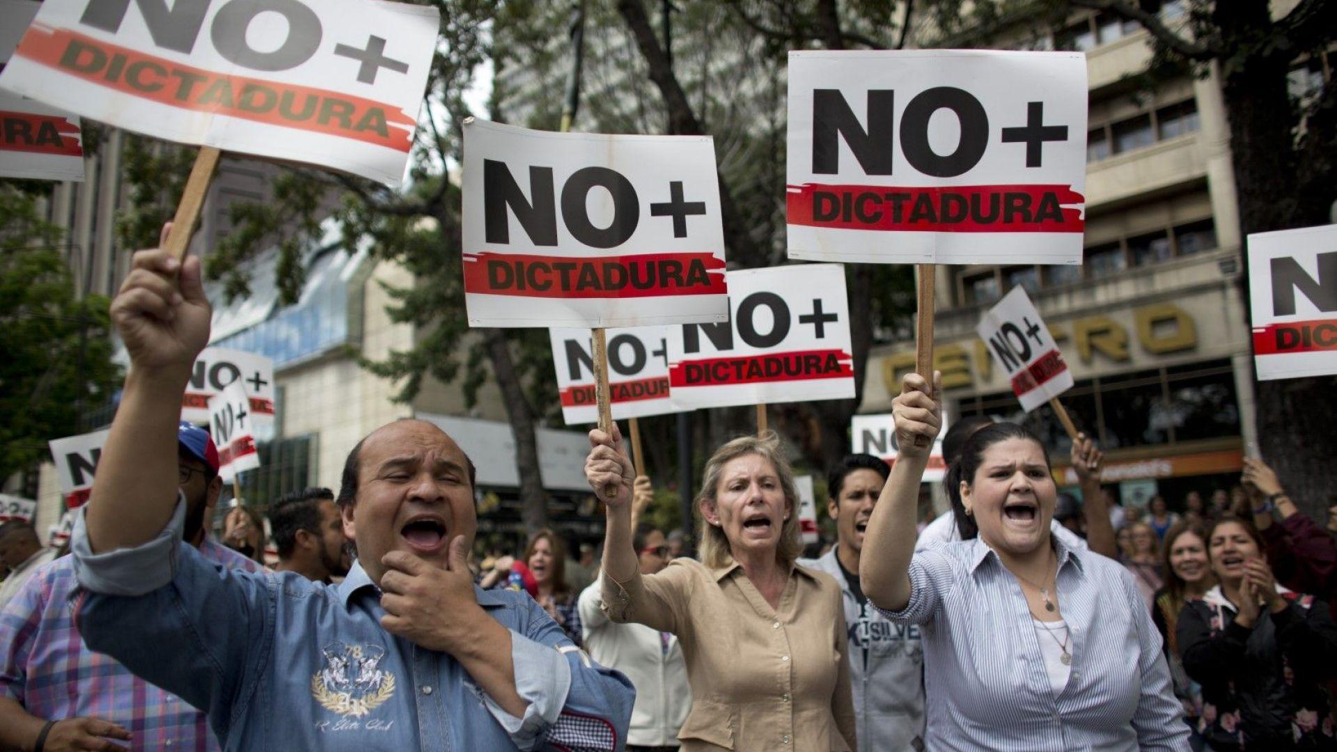 Битката за свободата във Венецуела започна, заяви Тръмп, а Гуаидо преговаря с армията