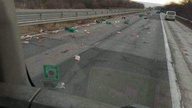 "Колбаси засипаха магистрала ""Хемус"" след катастрофа"