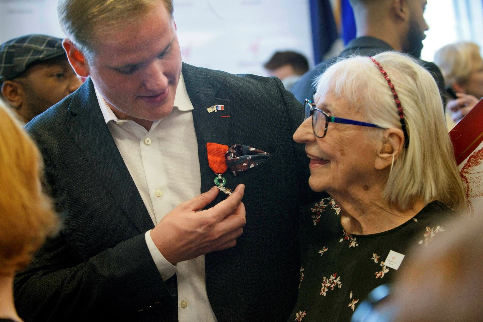 Стоун показва медала на баба си