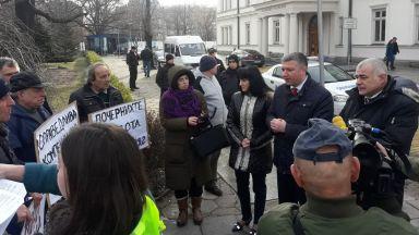 Жители на 2 села протестираха пред парламента