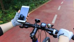 Холандия забранява използването телефон при каране на велосипед
