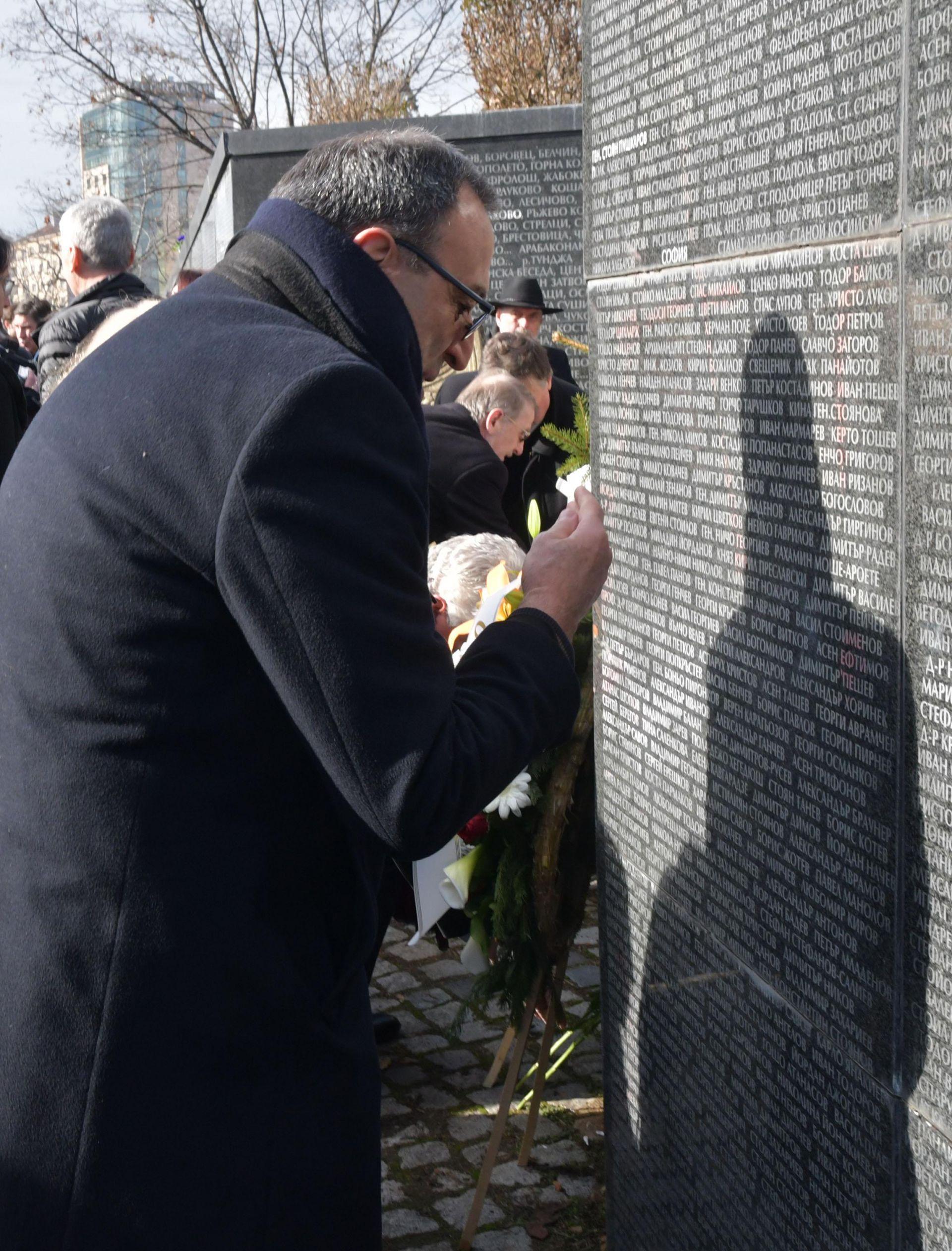 Петър Стоянов пред мемориала