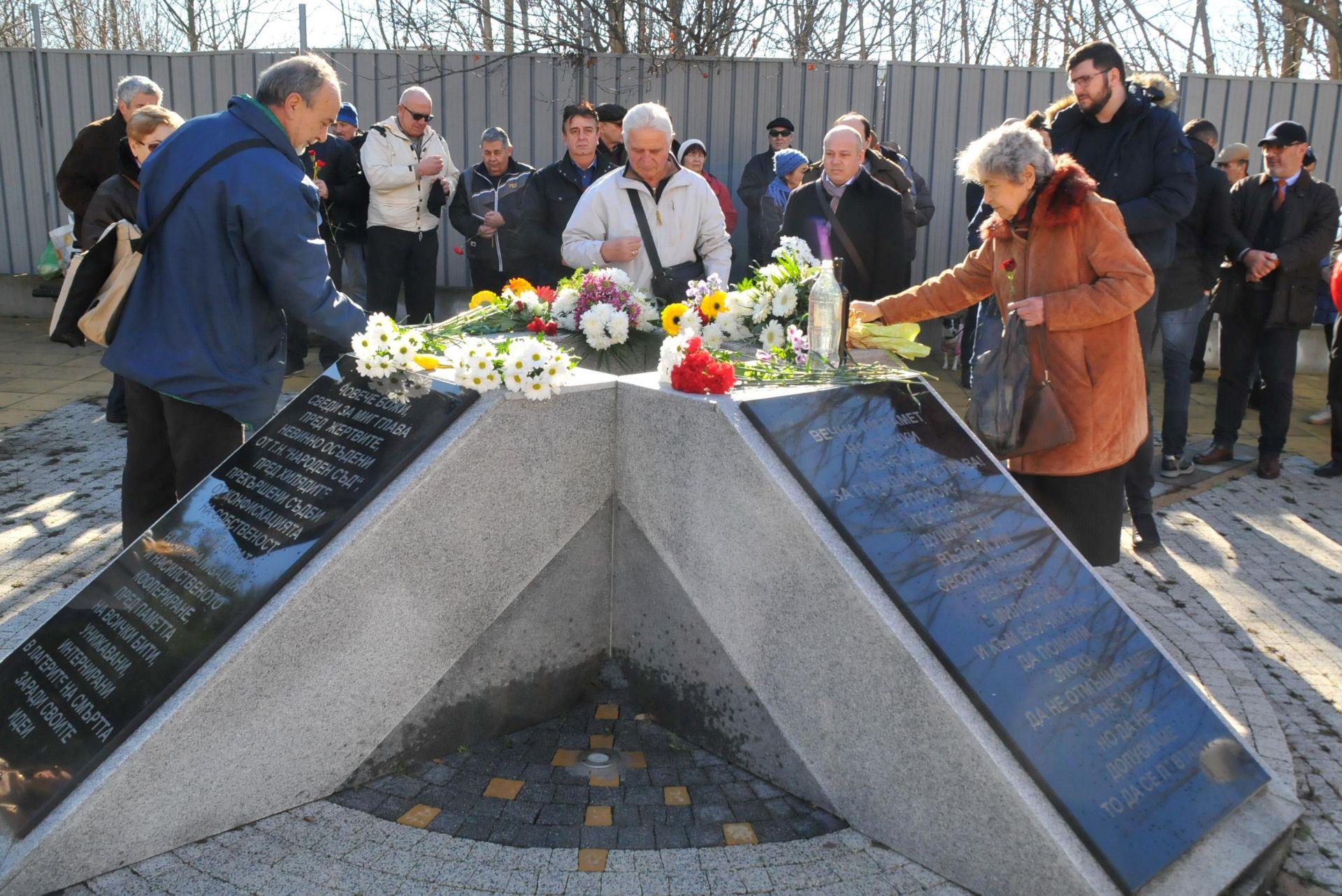 Покленение пред паметника в Бургас