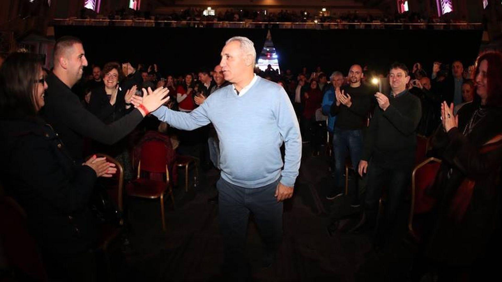 """Хиляди българи посрещнаха Стоичков и """"Историята"""" в Лондон (снимки)"""