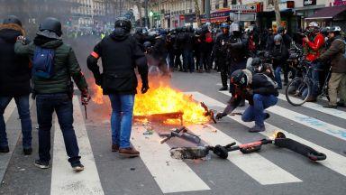 """Безредици в Париж - """"жълтите жилетки"""" се сблъскаха с полицията"""