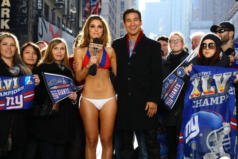 """През 2006-а водещата Мария Менунос изпълни загубения облог, че ще води по бельо емисия от """"Таймс Скуеър"""" в Ню Йорк, ако Патриотите загубят Супербоул от Джайънтс."""