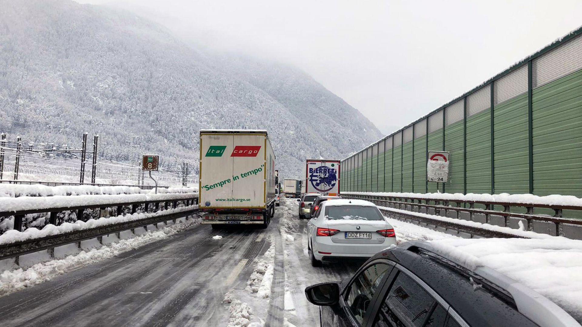 200 души бяха блокирани от лошото време на магистрала в Италия