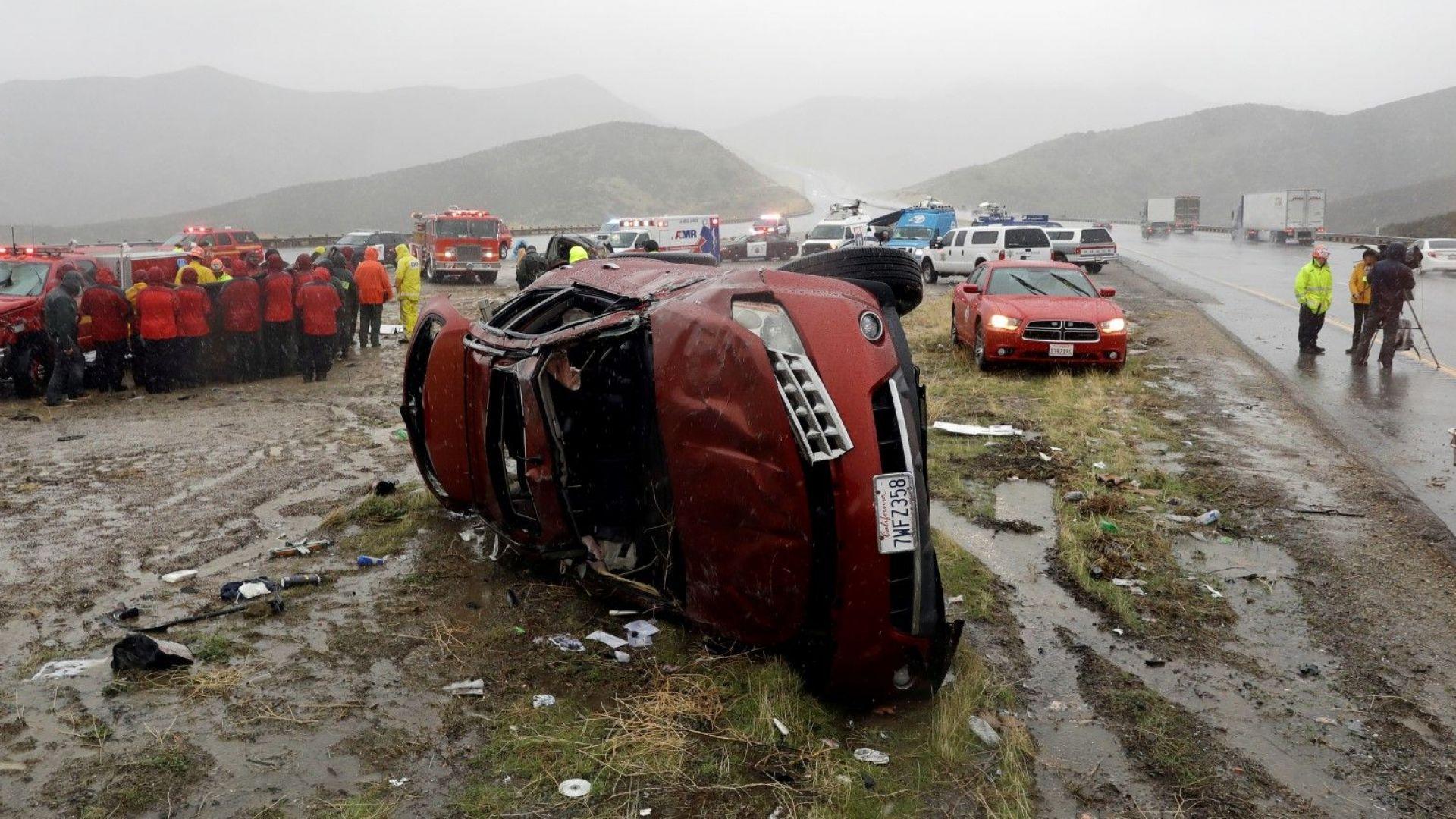 Мощна буря удари Калифорния и наводни магистрали (снимки, видео)