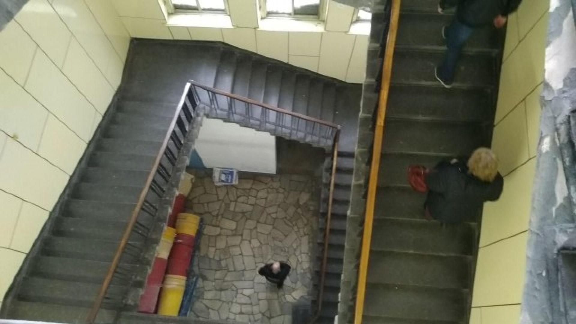 Оперират детето, паднало от стълбищата в болница