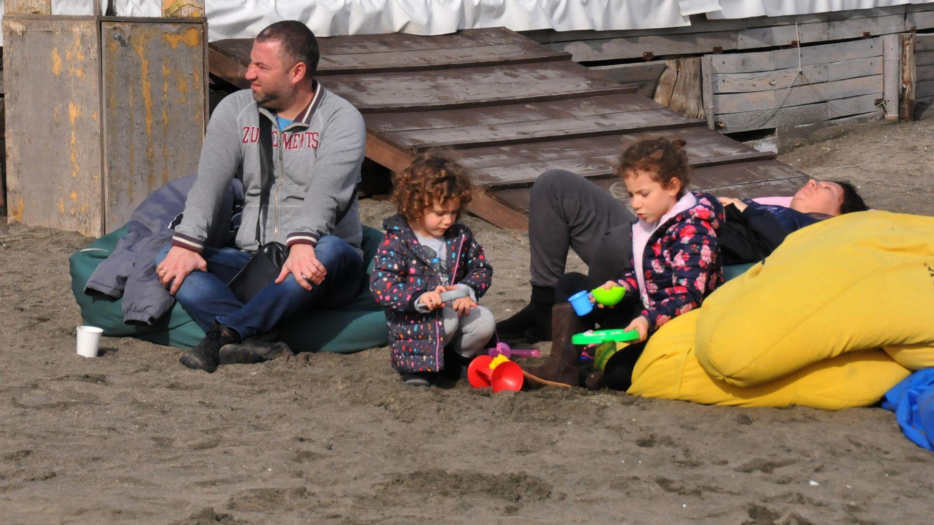 Топлото време изкара бургазлии на плажа