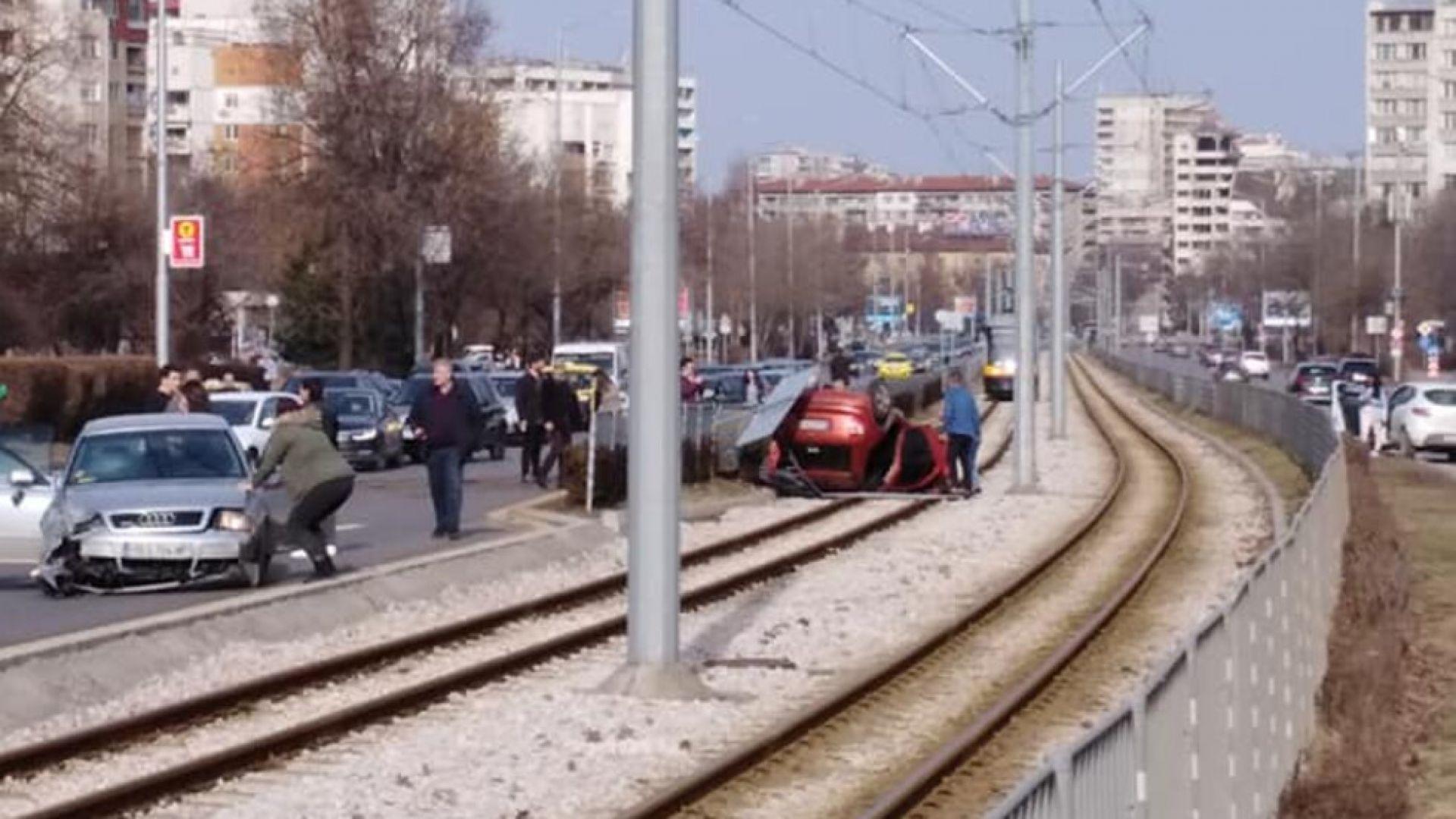 Лека кола се обърна върху трамвайна линия