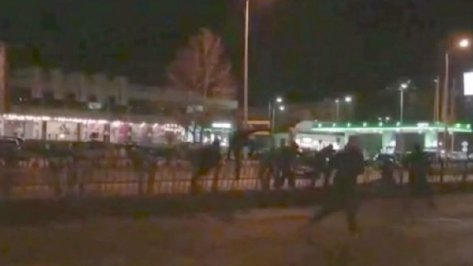 Фенове на Ботев и Локо си спретнаха масов бой пред дискотека