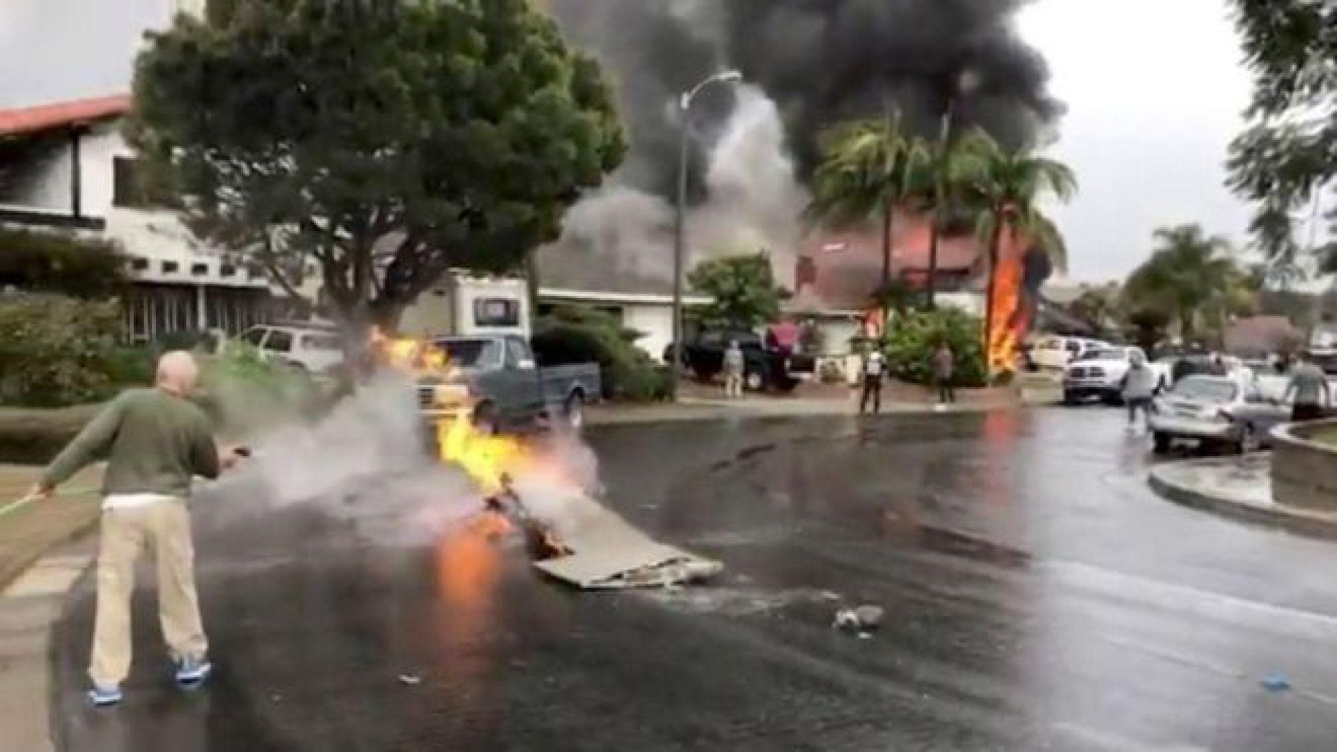 Самолет се разби в къща в Калифорния, петима загинаха (видео)