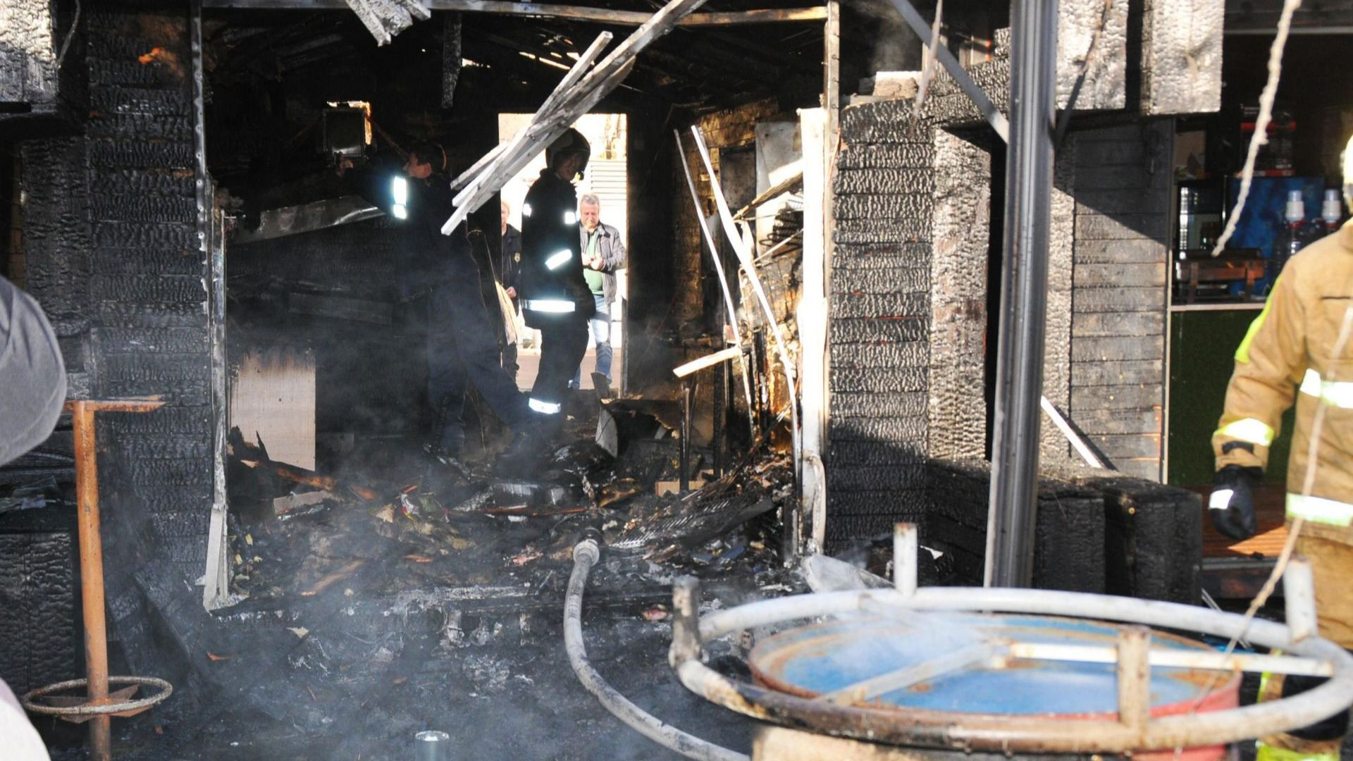 Две дървени заведения изгоряха в Бургас (снимки)