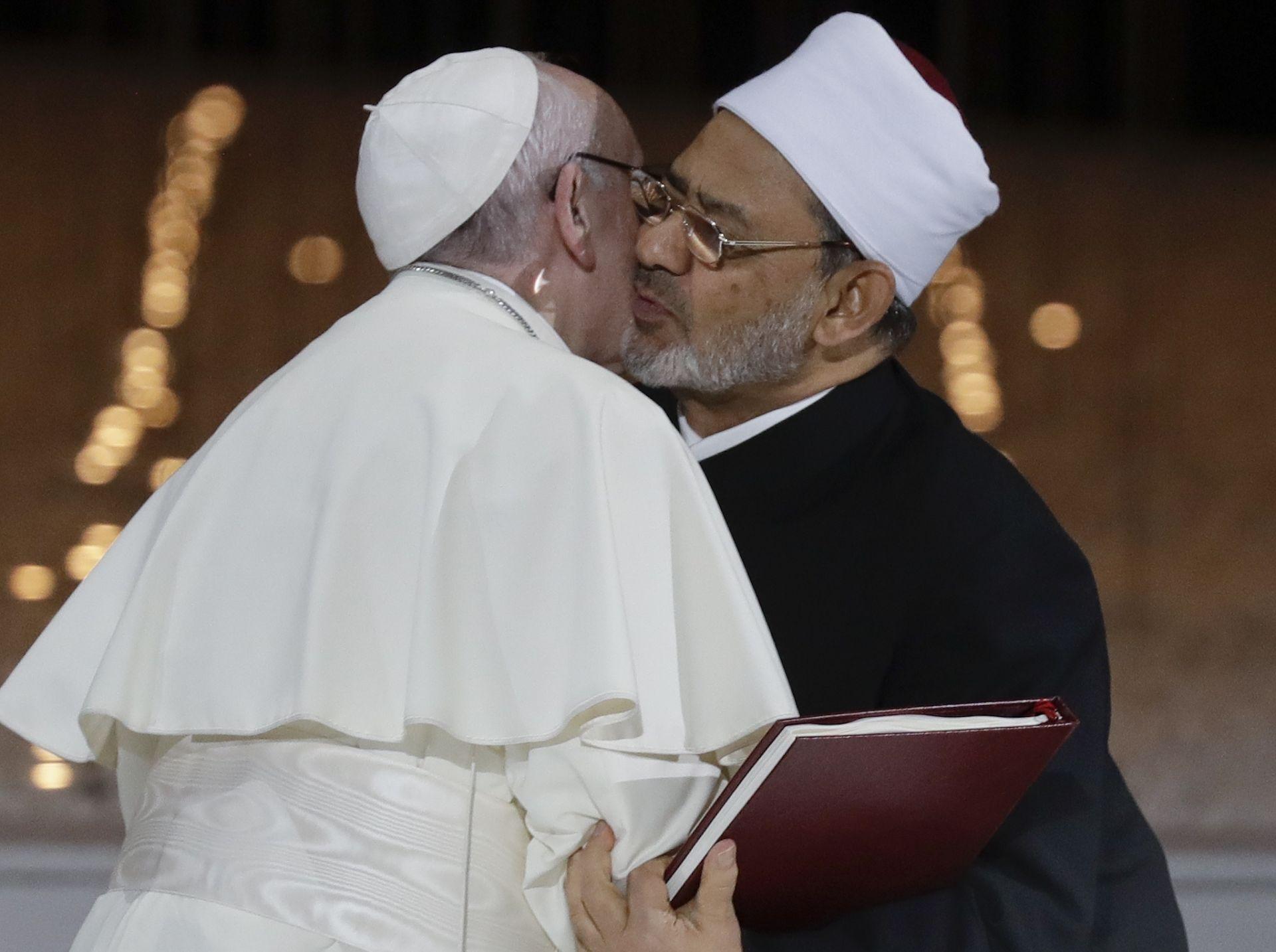 След речта си папа Франциск поздрави великия имам на джамията и университета Ал-Азхар в Кайро – една от най-престижните институции на сунитския ислям в света – великия имам шейх Ахмед ал Тайеб