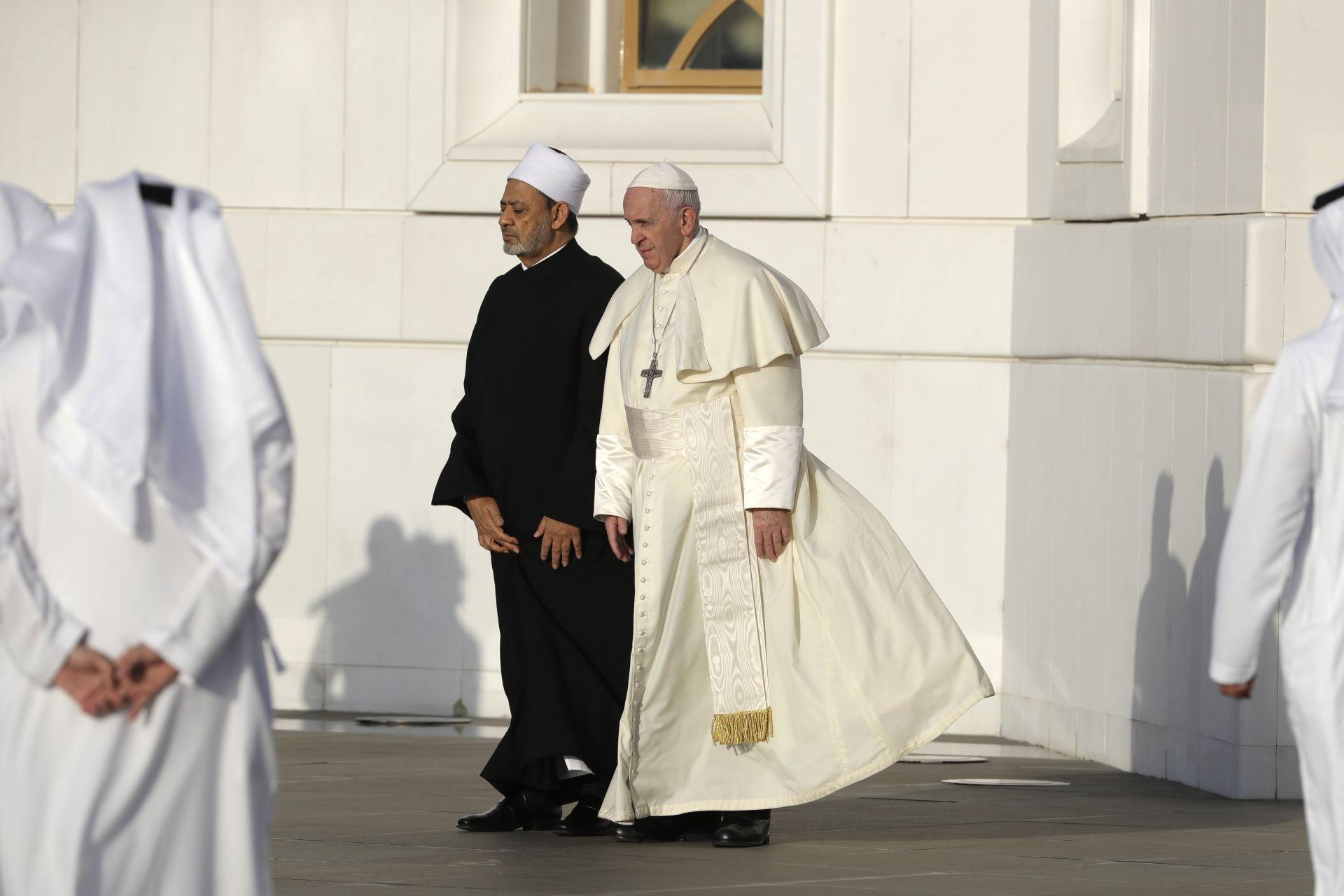 Шейх Ахмед ал Тайеб посрещна папа Франциск за частна среща с членове на мюсюлманския съвет на старейшините в джамията в Абу Даби