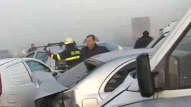 Верижна катастрофа с над 20 коли, един е загинал, има ранени (снимки)