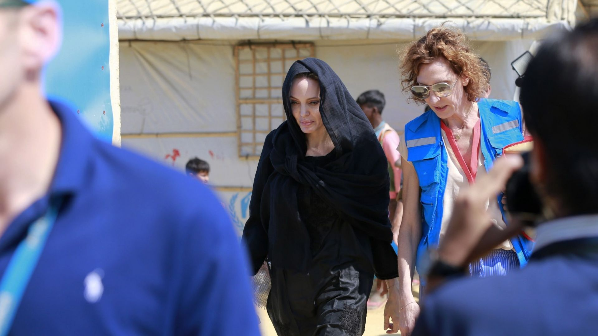 Анджелина Джоли посети най-големия бежански лагер в света